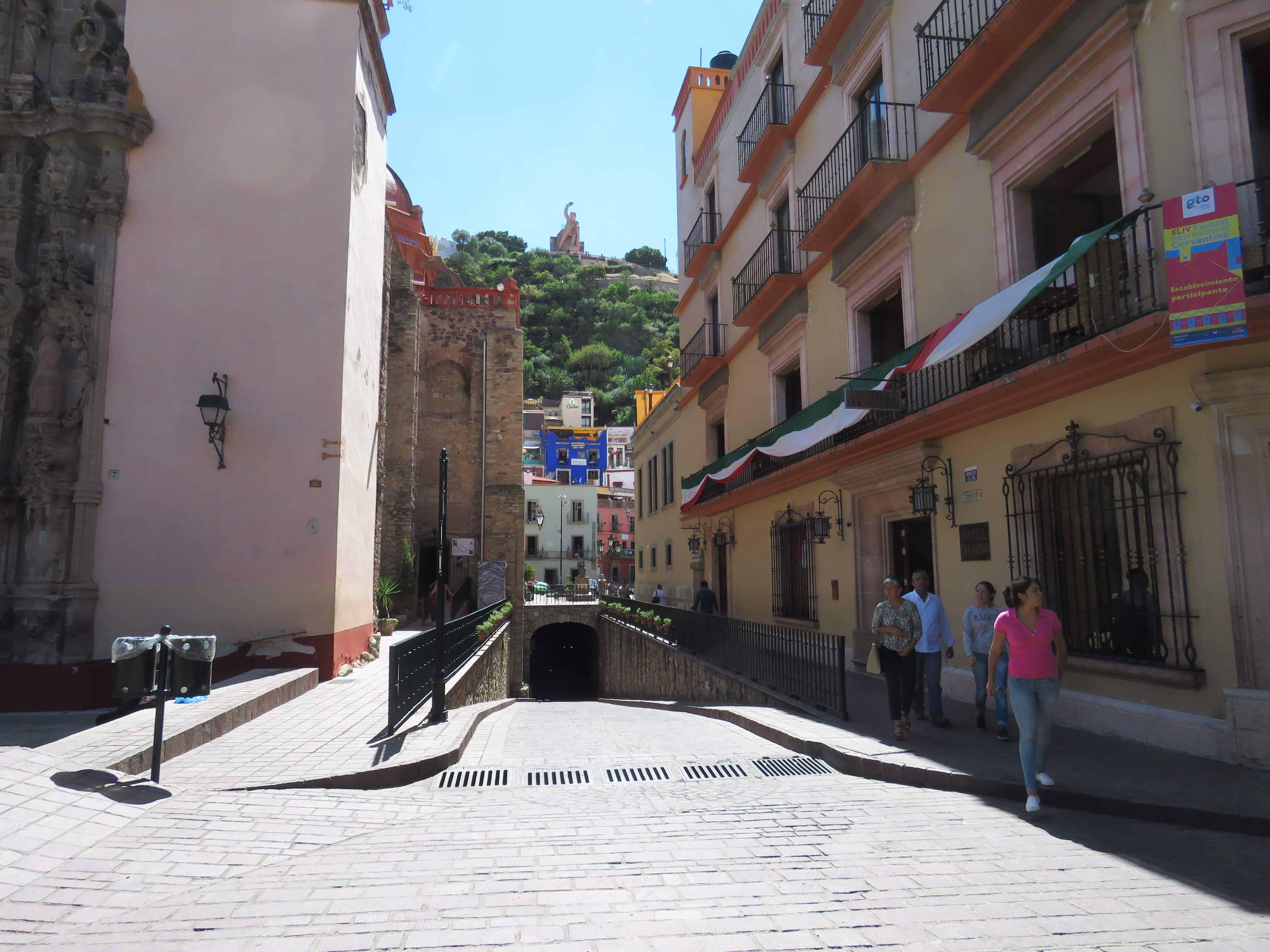 guanajuato- upper city, roads to the city below